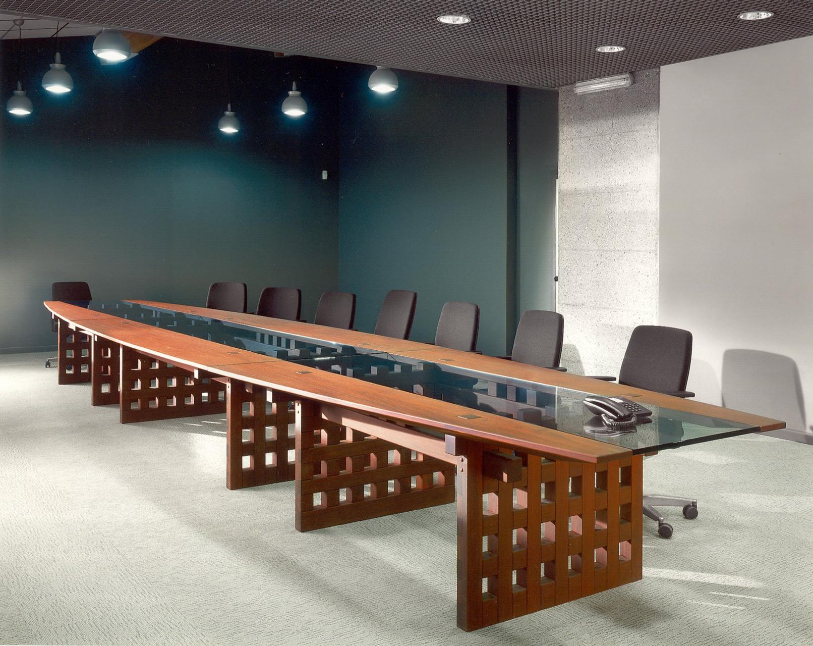Tavolo per riunioni in legno Padouk. Progetto di Nester Piotrowski.