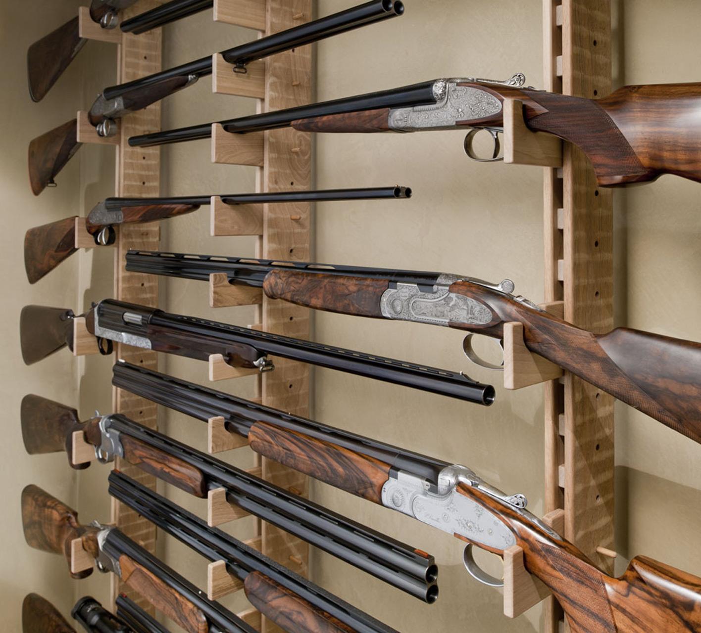 Rastrelliera porta fucili e mobile a contenere in noce nazionale.