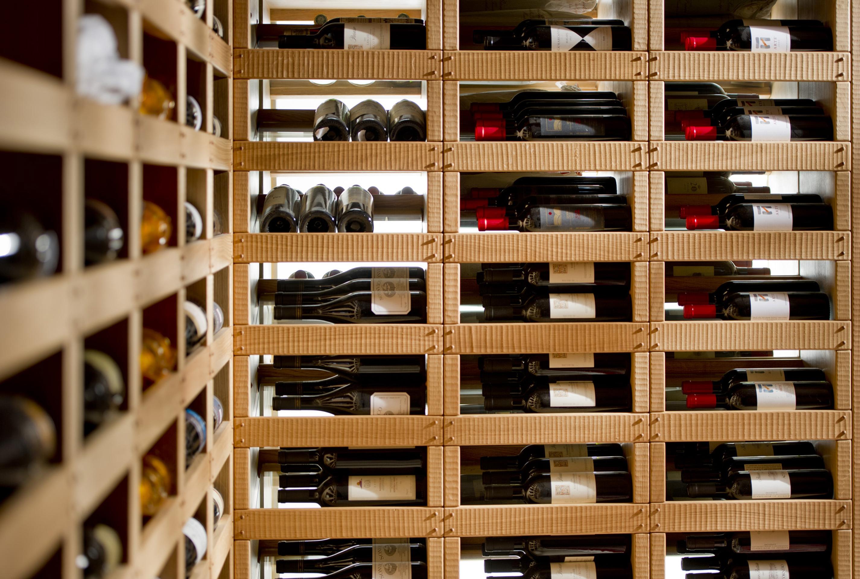 Espositori per bottiglie realizzati su misura in rovere slavonia