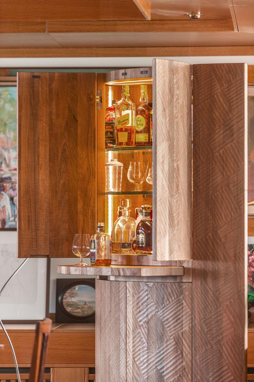 Mobile bar in noce nazionale con illuminazione interna e piano estraibile