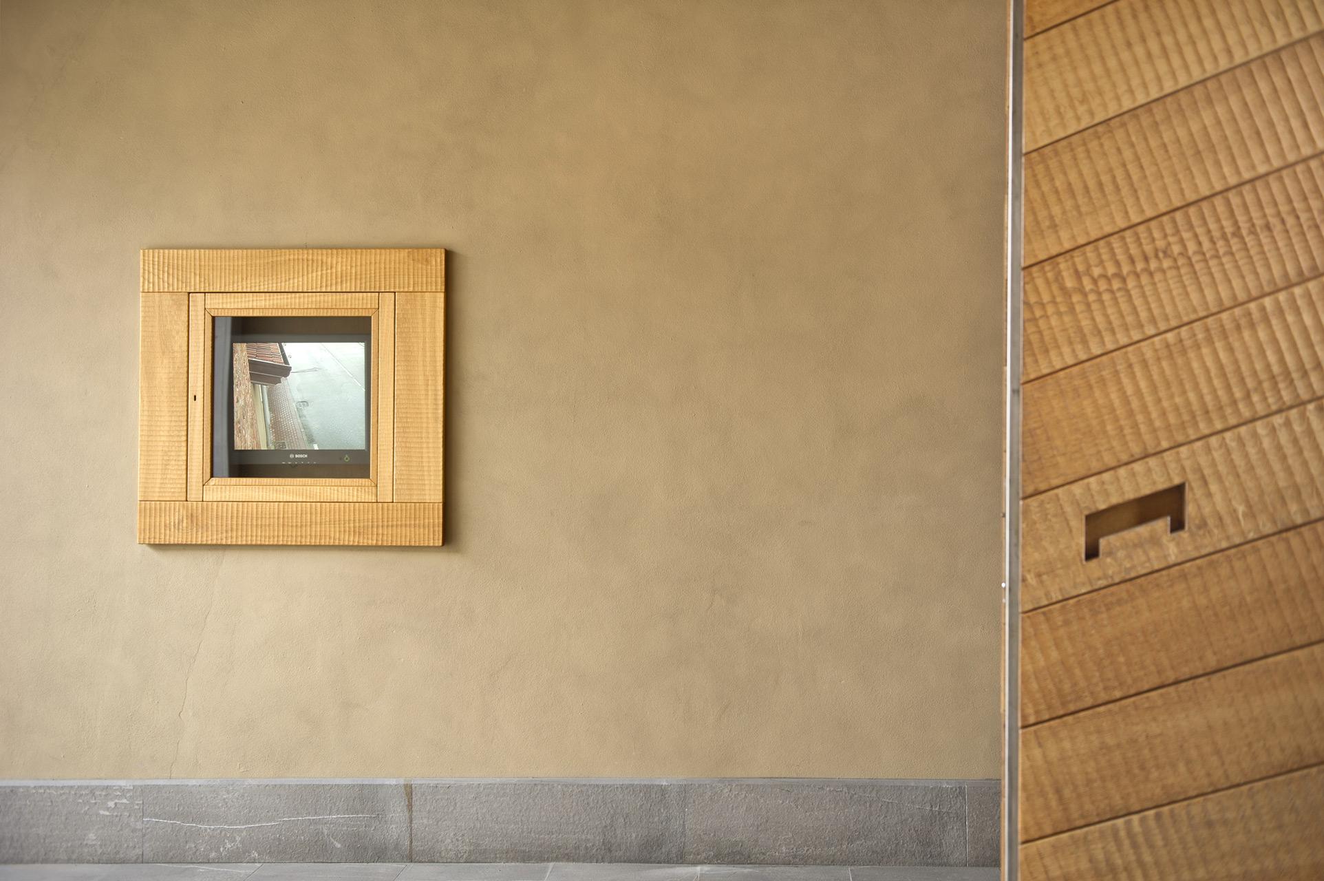 Grande porta a due battenti in rovere, realizzata su progetto.