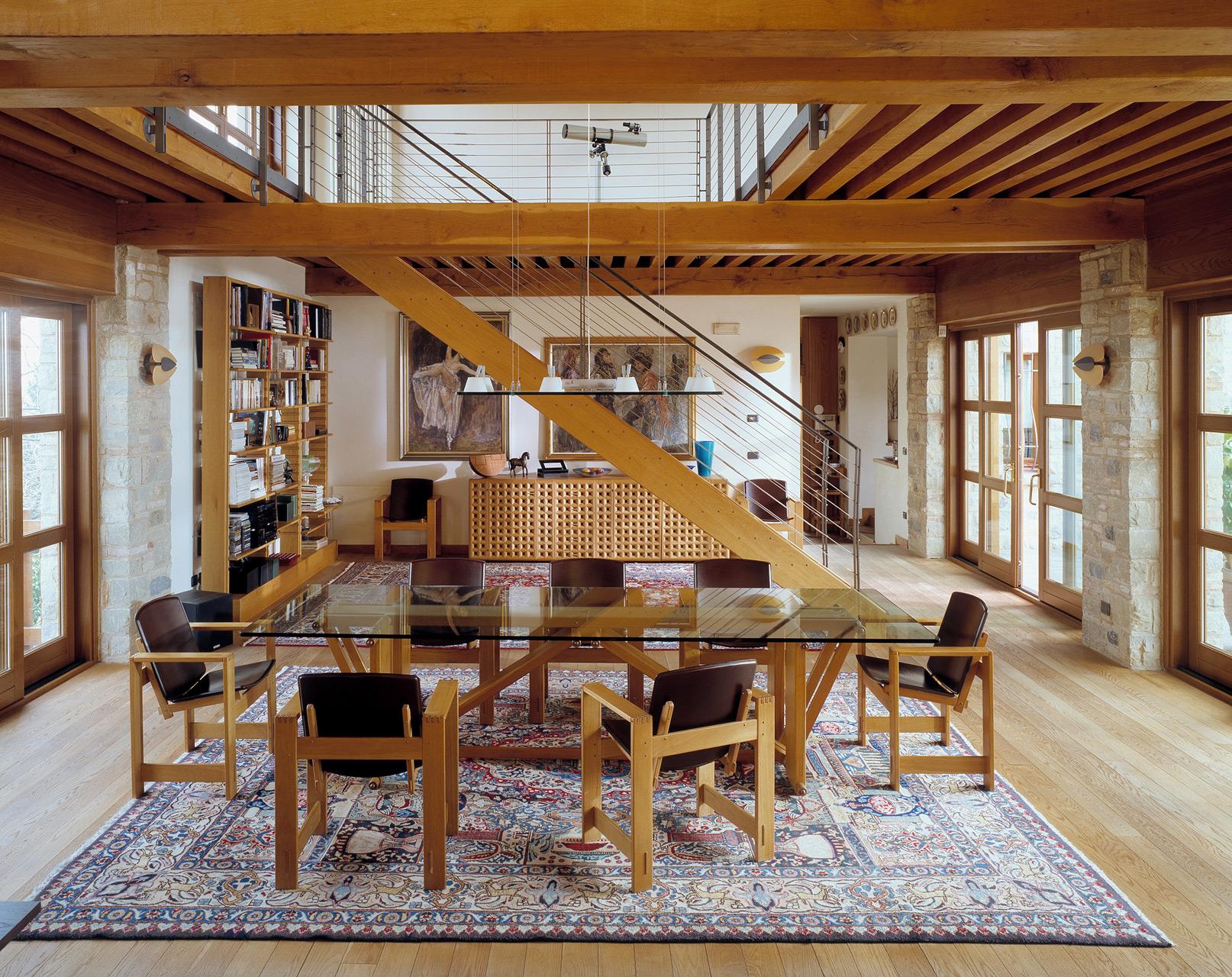 Tavolo Lombardo in rovere e piano in cristallo. Poltroncine San Marco in rovere con seduta in cuoio. Scala in rovere realizzata su progetto.