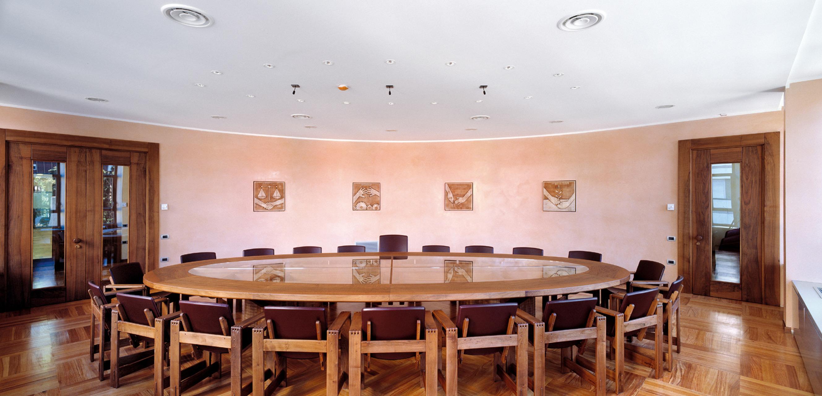 Tavolo riunioni in noce nazionale e piano di cristallo, realizzato ad hoc. Poltroncine San Marco in noce con seduta in cuoio.