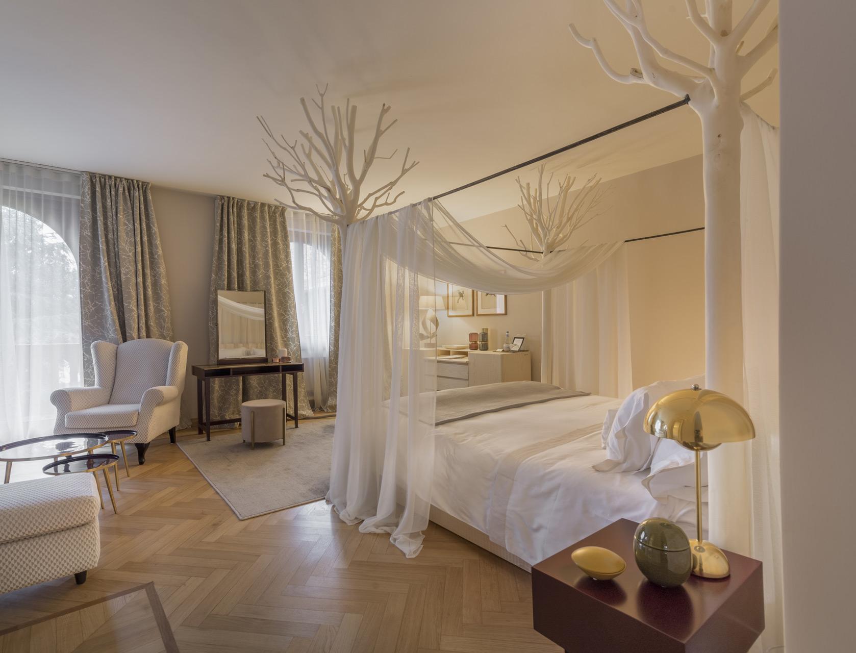 Letto a baldacchino realizzato in frassino con alberi di Ligustro. Mobile con cassetti realizzato in frassino