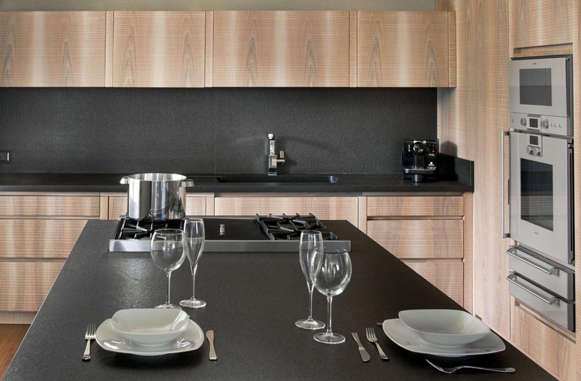 Cucina realizzata in noce nazionale con piano in granito nero assoluto.