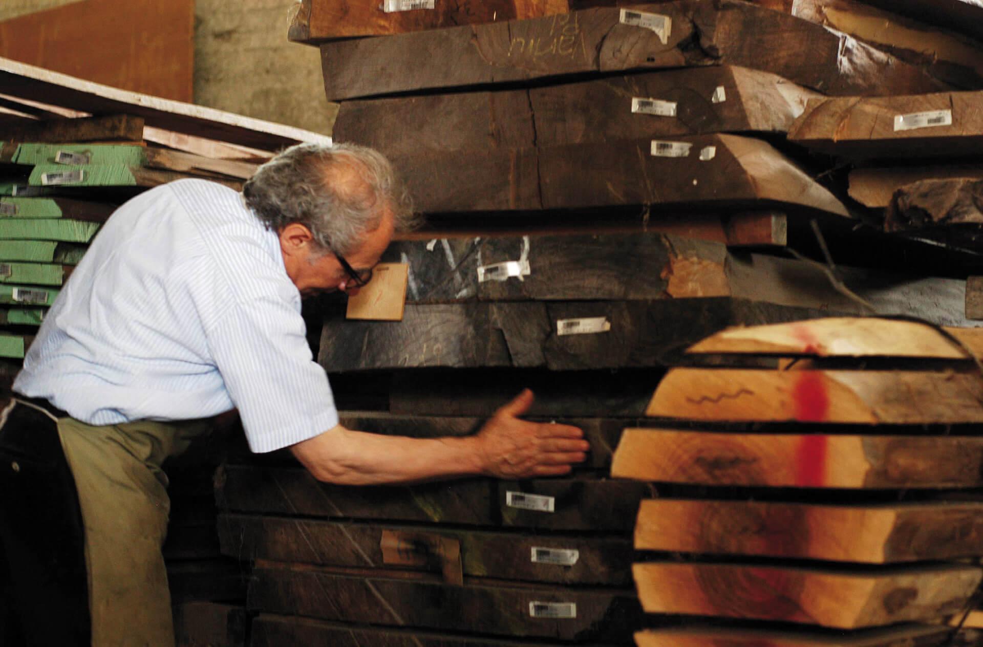 L'artista Giuseppe Rivadossi tra le tavole di legno del suo atelier